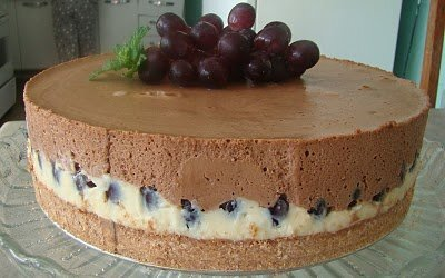 bolo simples com recheio de uva