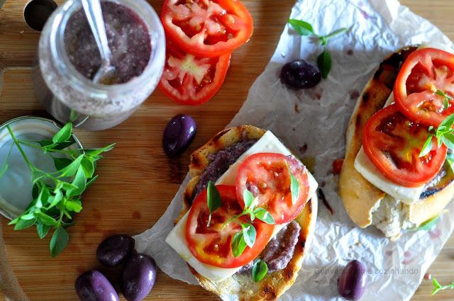 Sanduiche aberto de pesto de azeitonas pretas com castanha do Pará, queijo branco, tomates e manjericão. O melhor!