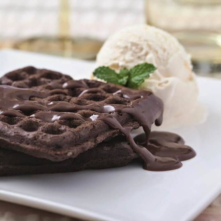 Waffle de Chocolate com Sorvete de Baunilha e Calda de Chocolate Belga