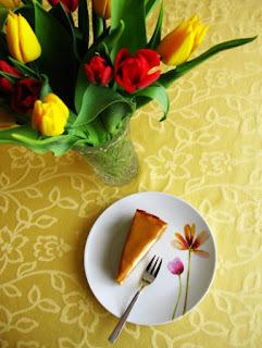 Bieločokoládový cheesecake s kopou karamelu vo vnútri i na povrchu...