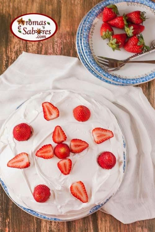 de bolo de aniversario com cobertura de chantilly sabor morango