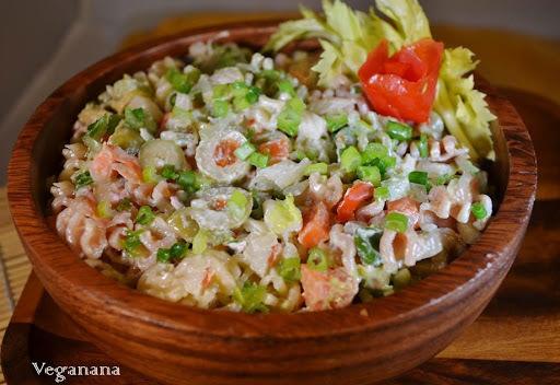 salada de macarrão com maionese e legumes