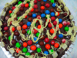 Bolo de chocolate com brigadeiro, BIS e M&M´s para a aniversariante e amiga Rosi