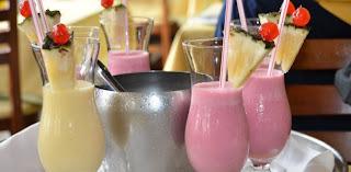 coquetel de frutas com suco de frutas e vodka