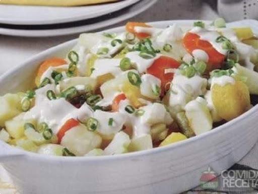 Salada de Legumes com Molho de Iogurte