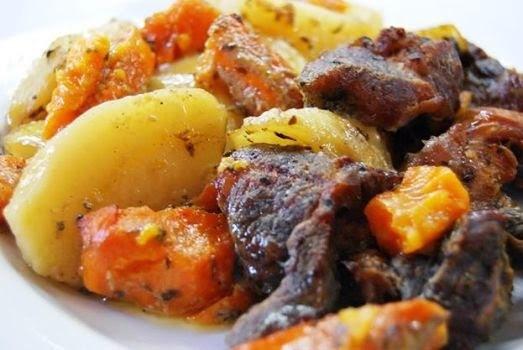 Χοιρινό στη γάστρα με πατάτες και γλυκοπατάτες