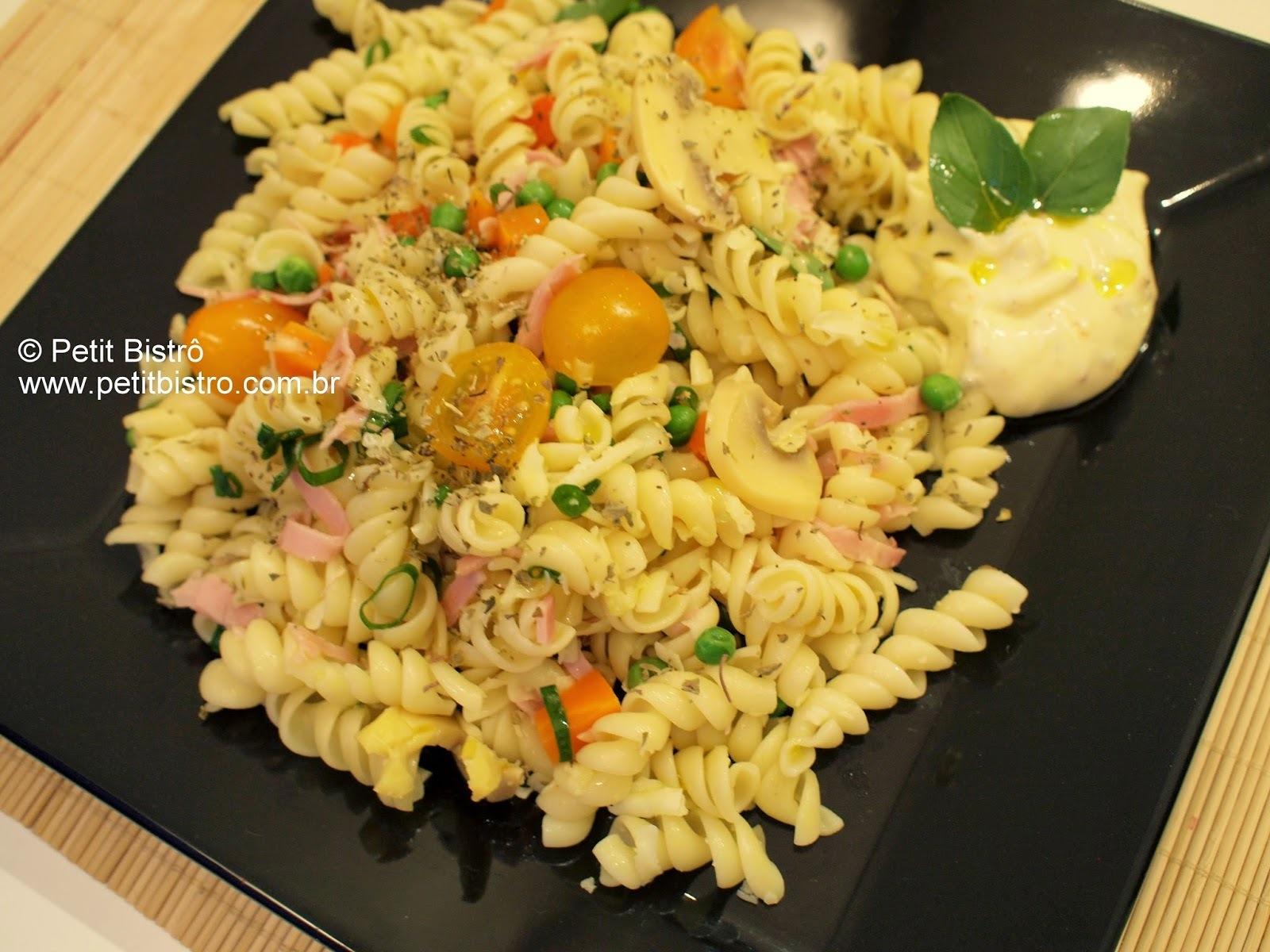 salada fria de macarrão parafuso