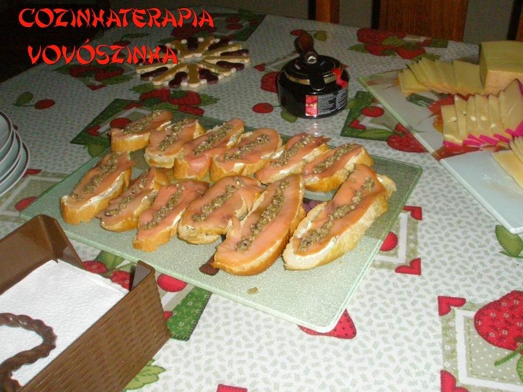 Crostini de salmão defumado e tapenade de azeitonas verdes e alcaparras