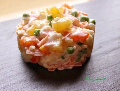 Ensalada de arroz, piña y pollo con salsa de yogur