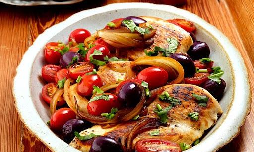 Peito de Frango com Molho de Tomate Grape e Azeitona Preta