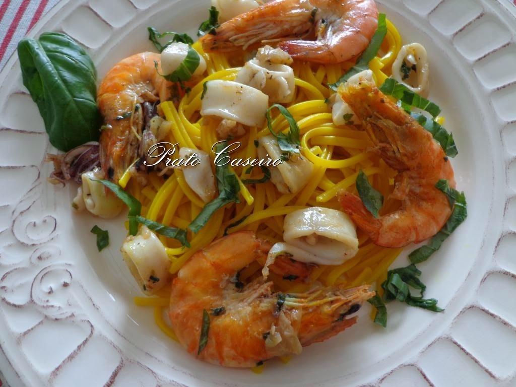 Linguine com açafrão com camarão, lulas e manjericão