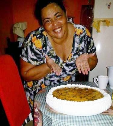 TORTA COM RECHEIO DE MOUSSE DE MARACUJÁ