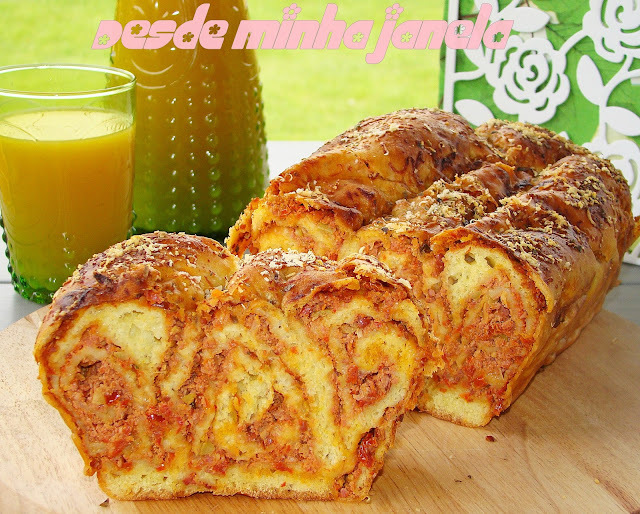 Pão povítica salgado com recheio de linguiça, tomates secos e manjericão