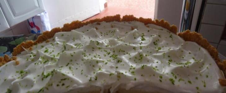 torta com bolacha e recheada com chantilly