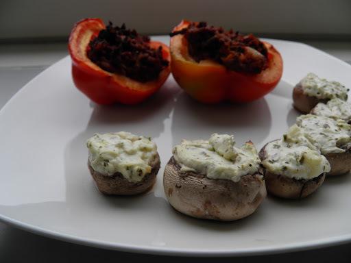 Fyldte peberfrugter med oksekød og champignon fyldt med hvidløgs flødeost