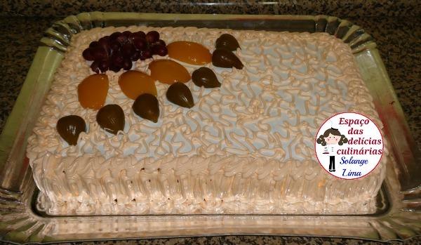 Bolo creme com pêssegos, cobertura marshmallow e frutas