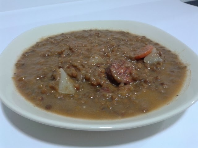Lentejas caseras con chorizo, morcilla y hueso de jamón.