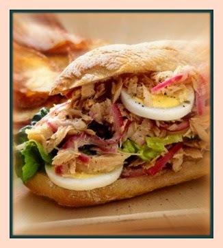 Sanduíche de atum com cebola roxa
