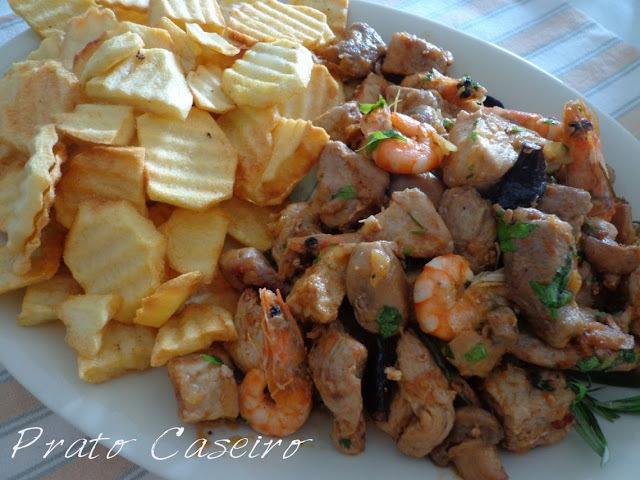 Carne de porco com camarões e cogumelos