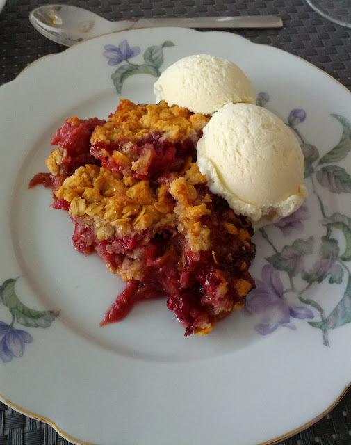Rabarber & hindbær crumble (smuldrekage med rabarber og hindbær)