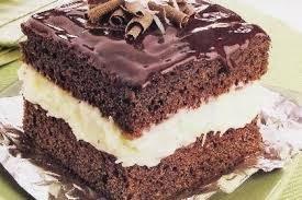 de bolo gelado de prestigio embrulhado com cobertura de chocolate