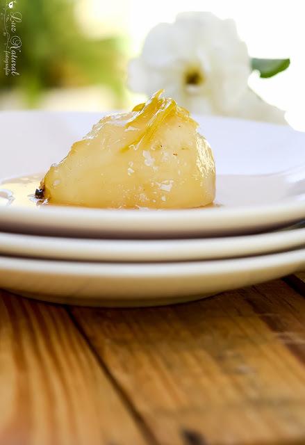 Peras em calda com tirinhas de limão siciliano