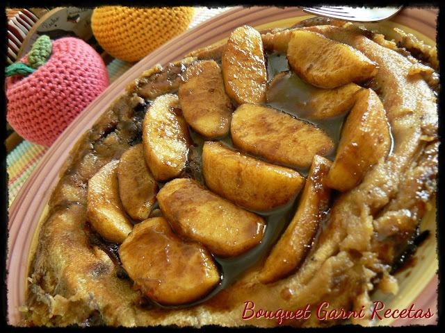 Crépe dulce de harina de garbanzos con relleno de arándanos y cubierta de manzanas almibaradas