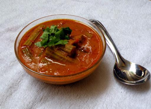 Murungakakai Kara Kuzhambu / Drumstick Curry Recipe