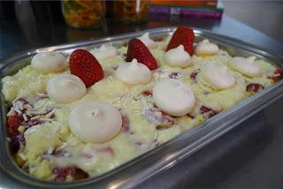 sobremesa rapida de morango com suspiro e chocolate leite condensado