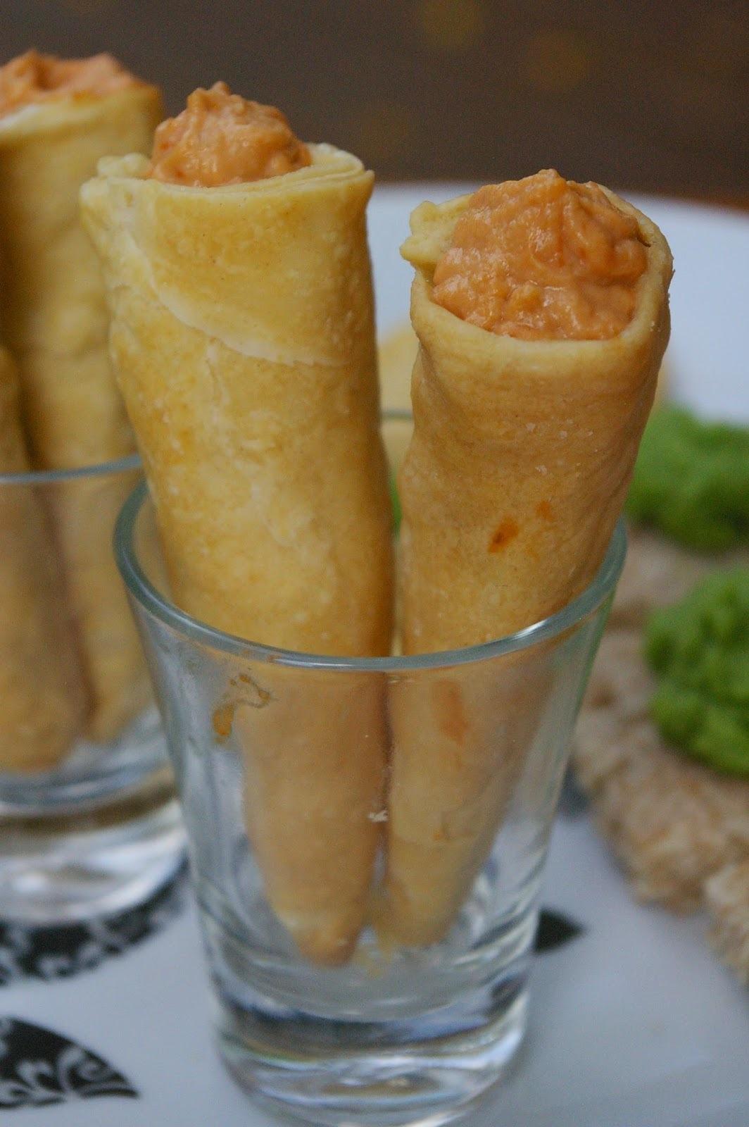 """Canapés: Canudo folhado com """"queijo"""" cremoso de tomate seco"""