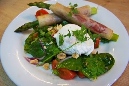Asperges roulées brick, jambon et oeuf poché sur salade de jeunes pousses