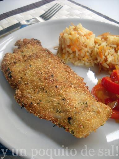 merluza empanizada y arroz con zanahorias y fideos