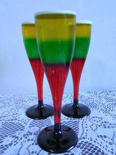 sobremesa com varias cores de gelatina