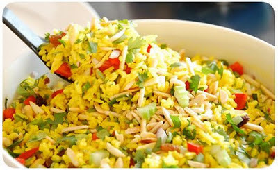 salada de arroz com legumes e nuggets