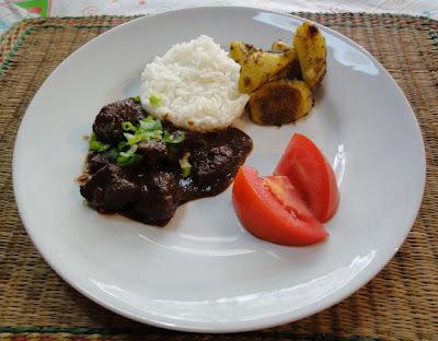 Carne de panela ao vinho com batata ao curry
