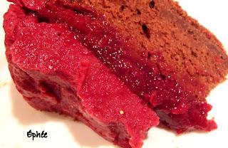 Gâteau étagé; brownies, gelée de cerises, mousse de cerises