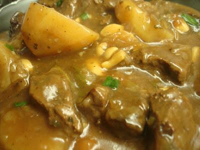 Carne ao Molho Madeira com Batatas! É muito bom......