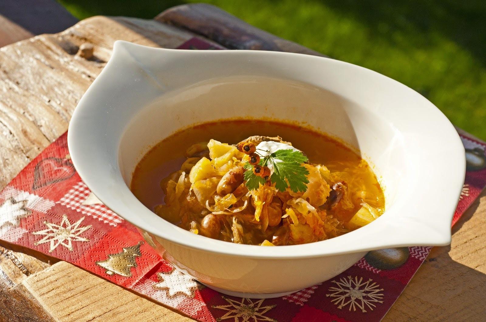 Kapustnica so zemiakmi, hríbami a fazuľou