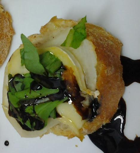 Bruschetta de Brie, Pera, Rúcula com Redução de Balsâmico
