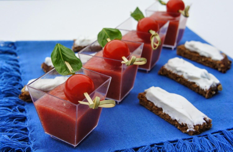 Soupe froide de tomates et sa tartine de chèvre frais