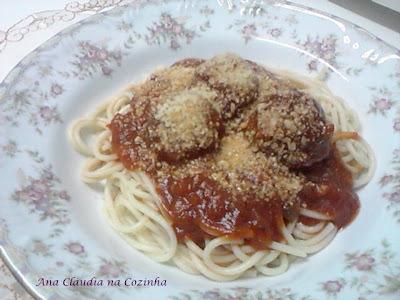 Espaguete com Molho de Almondêgas