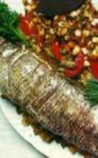 de peixe inteiro recheado ao forno