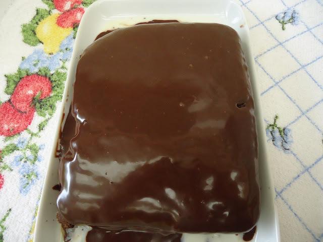 BOLO DE CHOCOLATE COM CALDA DE COCO E COBERTURA TRUFADA