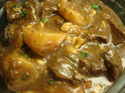 Cubos de Carne com Batatas ao Molho Madeira....Caseiro, Fácil e Saboroso!