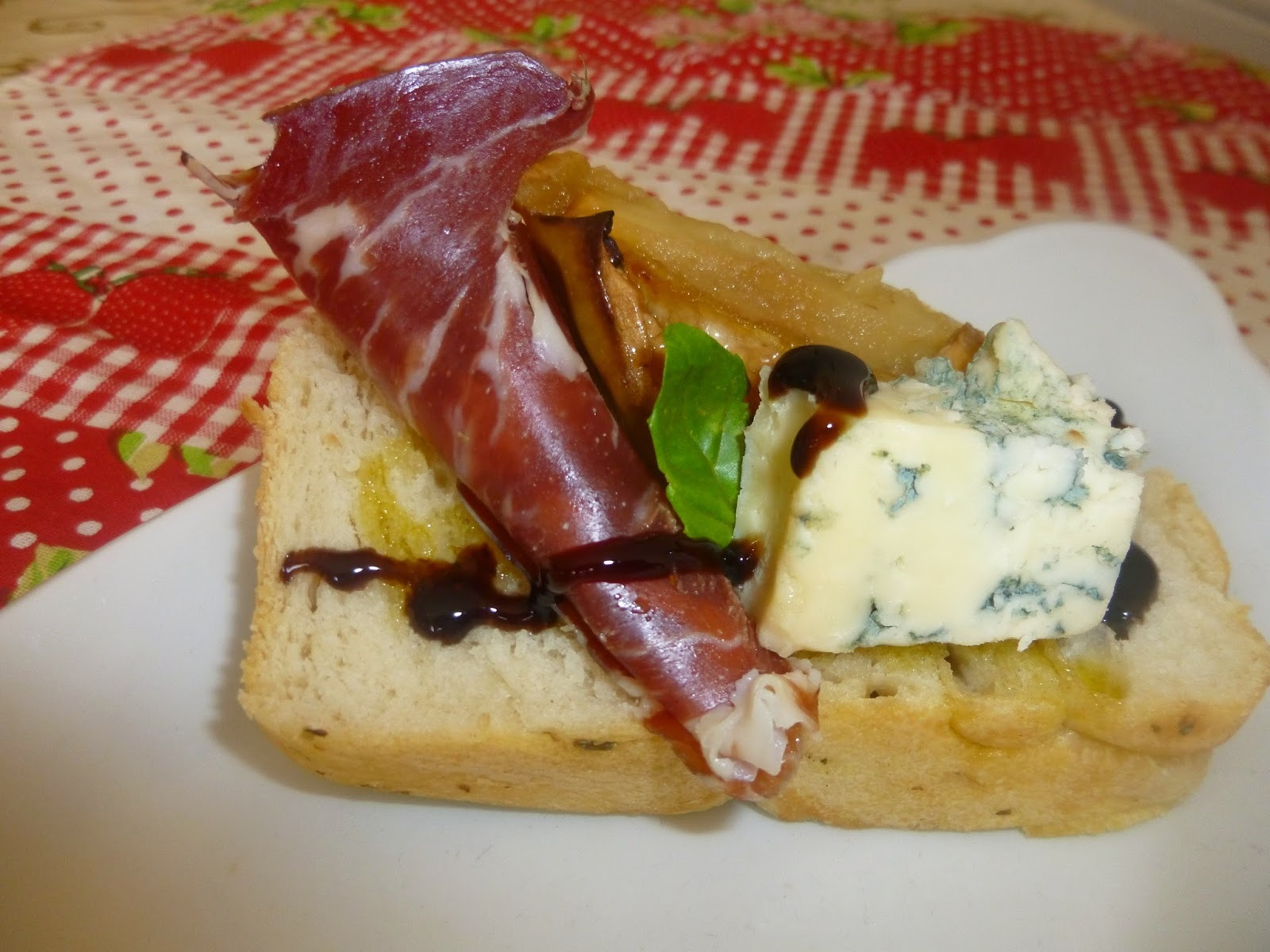 SERRANO HAM, BLUE CHEESE AND ROASTED APPLE