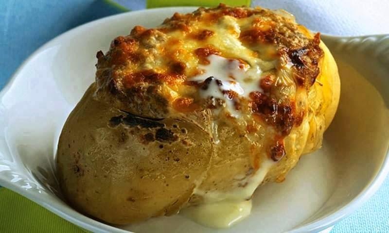 Batata assada recheada com carne moída