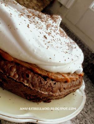 torta humeda de chocolate rellena con dulce de leche