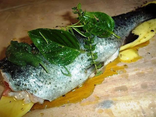 Ψάρι στη λαδόκολα με πατατούλες και αρωματικά!
