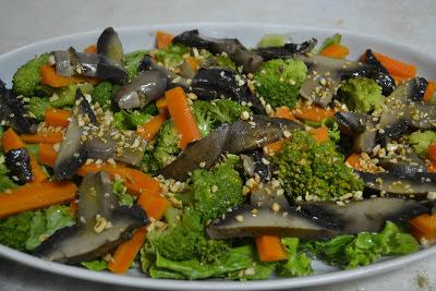 Salada de cogumelo, alface e legumes.