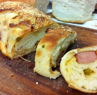 de pão recheado com salsicha e queijo